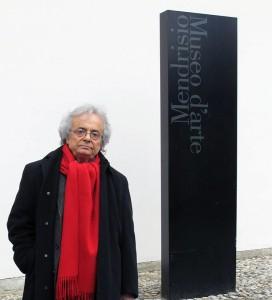 Adonis di fronte al Museo d'Arte di Mendrisio il 28 febbraio 2010, in occasione del 5° anniversario della scomparsa di Mario Luzi celebrato dalla nostra Associazione